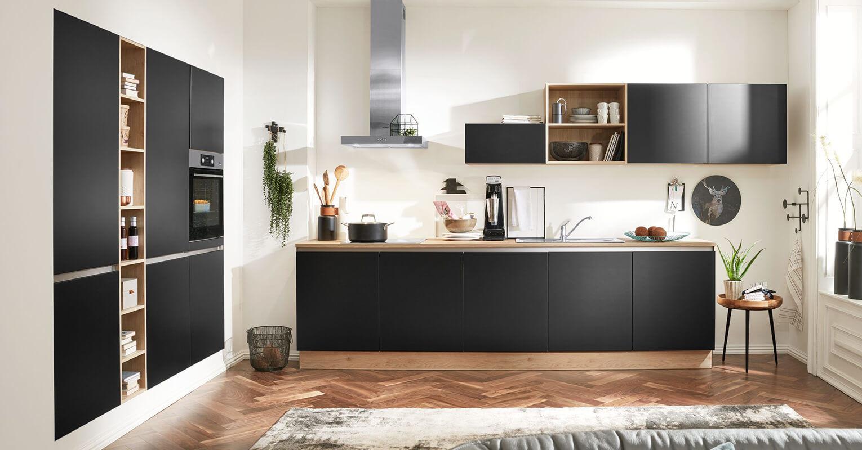 Einbaukueche-Interliving-aus-Holz-in-Schwarz-Interliving-Kueche-Serie-3024-mit-AEG-Einbaugeraeten-schwarze-und-asteichefarbene-Kunststoffoberflaechen-kuechenzeile