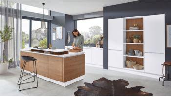 Stylische Inselküche Nora von Wert Küche mit Front in Weiss Eiche