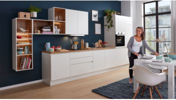 Gradlinige Küchenzeile Nora von Wert Küche mit Front in Weiss Eiche