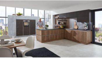 Wohnliche L-Küche Cristin von Wert Küche mit Front in zwei Farben, Alteiche und Stahl dunkel Eiche