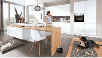 Moderne Inselküche Ulrike von Wert Küche mit Front in Hochglanz, Kristallweiß Eiche
