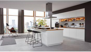 Gerade Inselküche Franziska von Wert Küche mit Front in Matt, Weiß