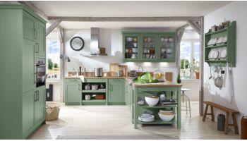 Landhaus L-Küche Carolin von Wert Küche mit Front in Seidenglanz,  Salbeigrün