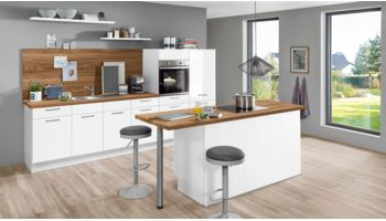 Helle Küchenzeile mit Insel Flash von Nobilia mit Front in Hochglanz, Weiß
