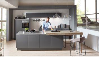 Edle Inselküche Touch von Nobilia mit Front in Supermatt, Schwarz