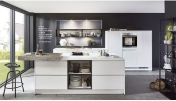 Offene Inselküche Focus von Nobilia mit Front in Ultra Hochglanz, Minearlgrau Grau