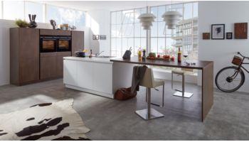 """Moderne Inselküche """"Nova"""" von Wert Küche mit Front in Kristallweiß und Stahl Bronze"""