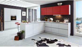 Offene L-Küche Nora von Wert Küche mit Front in Kristallgrau und Granatrot Rot