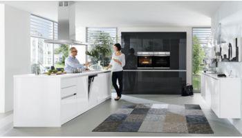 Design Inselküche Gloria von Wert Küche mit Front in Hochglanz, Kristallweiss und Lavaschwarz Weiss