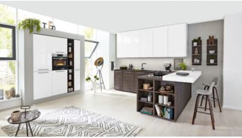 2-farbige L-Küche Serie 3003 von Interliving Küche mit Front in Lacklaminat, Weiß und Kuba, Nussbaum