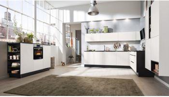 Offene L- Küche von Interliving Serie 3004 mit Front in Cotton Weiß Weiss