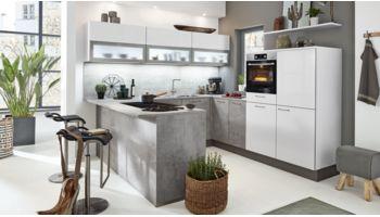 Wohnliche U-Küche mit Esstheke von Interliving Serie 3006 mit Front in Lack,  Arcticweiß und Beton Weiss