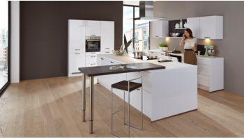 Anspruchsvolle Inselküche Focus von Nobilia mit Front in Lack Hochglanz, Premium Weiss Weiss