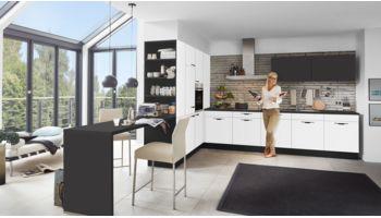 Wohnliche L-Küche Nora von Wert Küche mit Front in Kristallweiss und Lavaschwarz Weiss