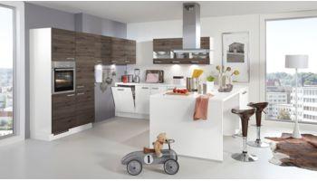 Einladenede U-Küche Focus von Nobilia mit Front in Alpinweiß und Gladstone Oak