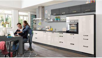 Praktische Küchenzeile Flash von Nobilia mit Front in Hochglanz, Seidengrau Grau