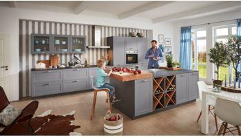 Landhaus Inselküche Viktoria von Wert Küche mit Front in Satinlack, Achatgrau Asteiche