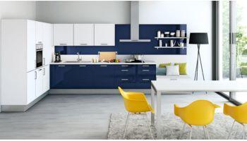 Farbenfrohe L-Küche Parma von Wert Küche mit Front in Hochglanz, Kristallweiss und Indigoblau Blau