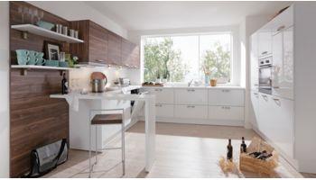 Praktische Einbauküche Galina von Wert Küche mit Front in Lack Hochglanz, Kristallweiß Eiche