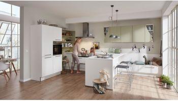 Grosszügige Wohnküche Serie 3010 von Interliving mit Front in Softmatt, Weiß und Avocado