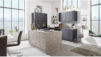 Moderne Inselküche von Interliving Serie 3012 mit Front in Matt,  Schwarz und Marmorgrau Grau