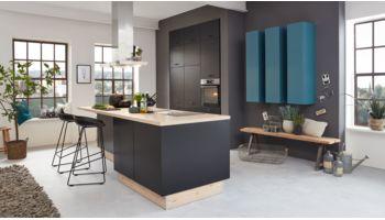 Moderne Inselküche Sinus von Culineo mit Front in Struktursamtlack, Pianoschwarz Blau