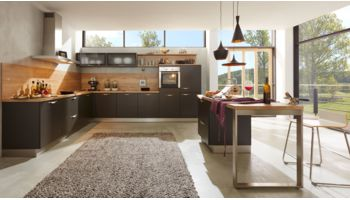 Großzügige L-Küche Bionda von Wert Küche mit Front in Matt, Lavaschwarz Eiche