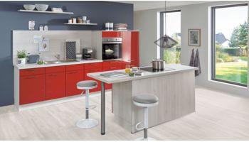 Farbenfrohe Küchenzeile mit Insel Flash von Nobilia mit Front in Hochglanz, Rot