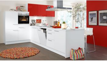 Farbenfrohe T-Küche Nora von Wert Küche mit Front in Kristallweiss und Granatrot