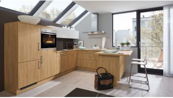 Moderne U-Küche Barbara von Wert Küche mit Front in Matt, Asteiche Nachbildung und Hänger in Kristallweiß Eiche