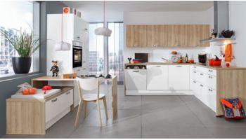 Wohnliche L-Küche Nora von Wert Küche mit Front in Kristallweiß und Alteiche