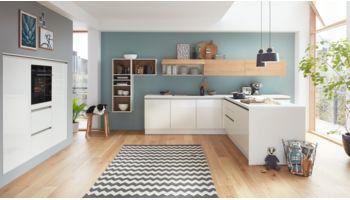 Familienfreundliche T-Küche Ulrike von Wert Küche mit Front in Hochglanz, Brillantweiss Weiss