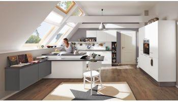 Originelle Wohnküche Ulrika von Wert Küche mit Front in Matt, Weiss Weiss