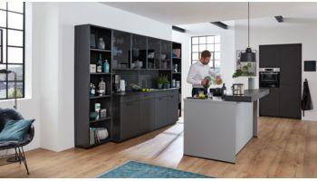 Gradlinige Inselküche Franziska von Wert Küche mit Front in Matt, Onyxschwarz