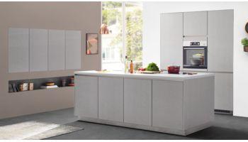 Kompromisslos edle Inselküche Cemento von Nobilia mit Front in Lack, Zementgrau Grau