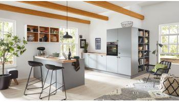 Repräsentative, offene Wohnküche Stella von Wert Küche mit Front in Matt, Achatgrau Asteiche