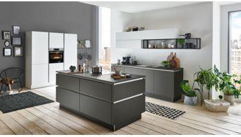 Moderne Inselküche Titan von Nolte Küchen mit Front in Graphit