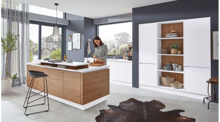 Stylische Inselküche Nora von Wert Küche mit Front in Weiss