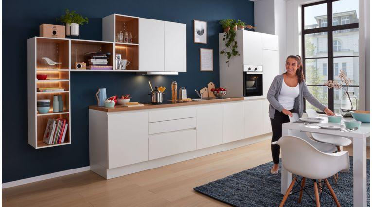 Gradlinige Küchenzeile Nora von Wert Küche mit Front in Weiss