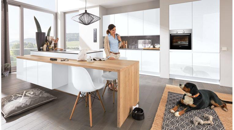 Moderne Inselküche Ulrike von Wert Küche mit Front in Hochglanz, Kristallweiß