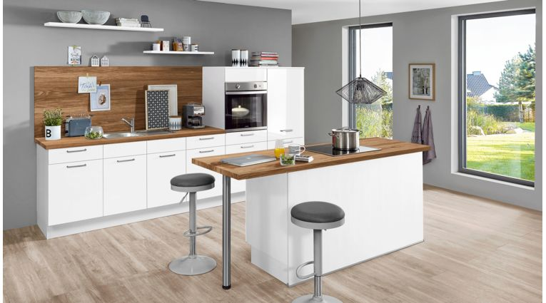"""Helle Küchenzeile mit Insel """"Flash"""" von Nobilia mit Front in Hochglanz, Weiß"""