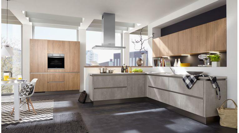 Offene L-Küche Quadro von Culineo mit Front in Beton Perlgrau und Eiche Nachbildung