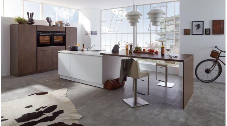 Moderne Inselküche Nora von Wert Küche mit Front in Kristallweiß und Stahl Bronze