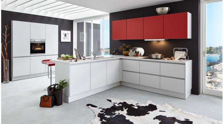 Offene L-Küche Nora von Wert Küche mit Front in Kristallgrau und Granatrot