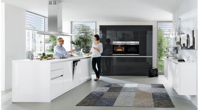 Design Inselküche Gloria von Wert Küche mit Front in Hochglanz, Kristallweiss und Lavaschwarz