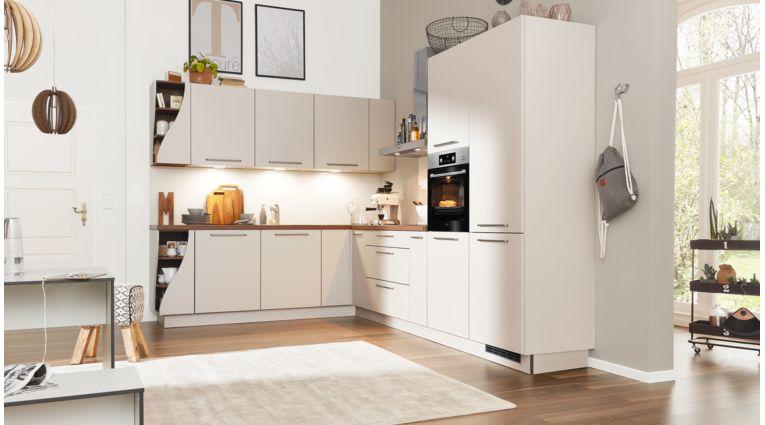 Markante L-Küche von Interliving Serie 3005 mit Front in Echtlack softmatt,  Sahara