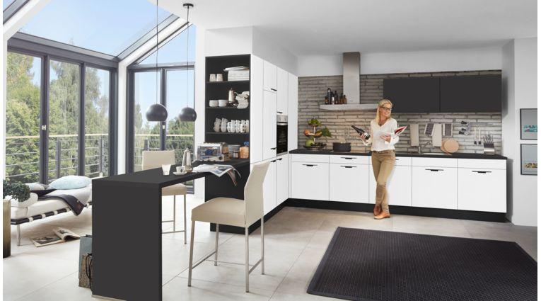 Wohnliche L-Küche Nora von Wert Küche mit Front in Kristallweiss und Lavaschwarz