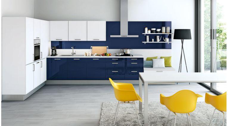 Farbenfrohe L-Küche Parma von Wert Küche mit Front in Hochglanz, Kristallweiss und Indigoblau