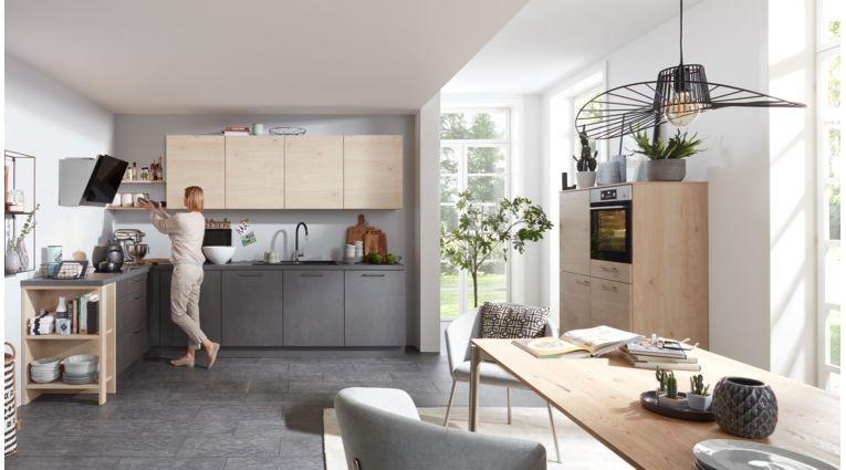 Praktische L-Küche von Interliving Serie 3008 mit Front in Stahl Grau und Asteiche Natur