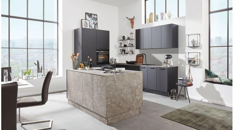 Moderne Inselküche von Interliving Serie 3012 mit Front in Matt,  Schwarz und Marmorgrau